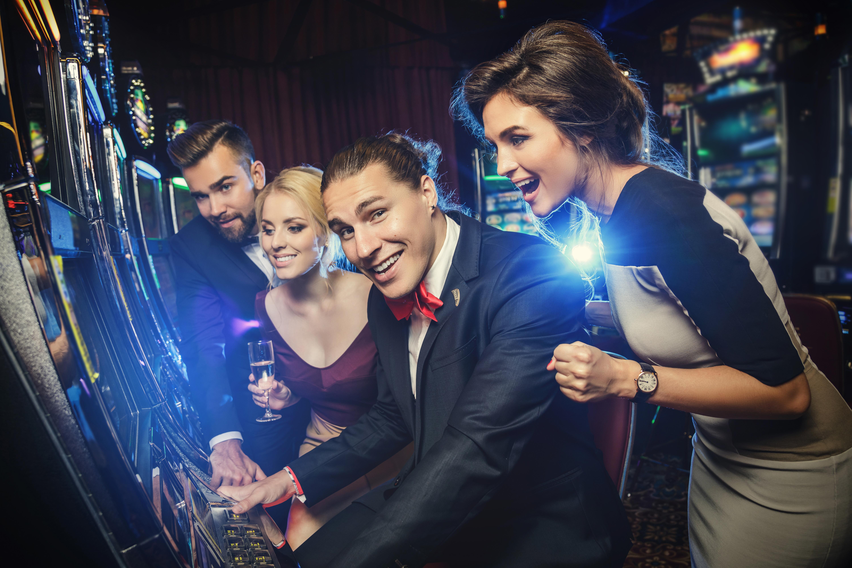 Jugadores de tragaperras en casinos en linea