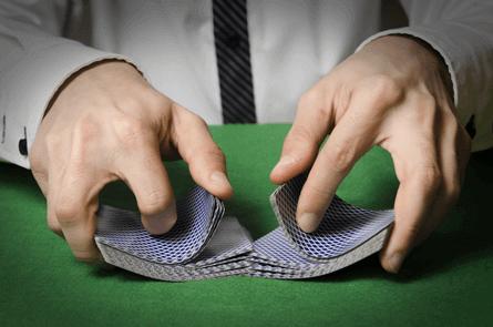 Crupier en directo de baccarat en casinos online