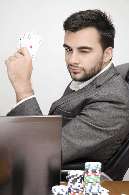 jugador de poker caribeño online con fichas de apuestas de casinos