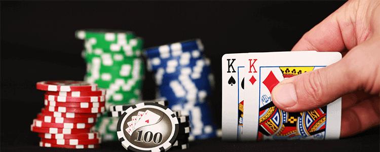 Cartas y fichas de apuestas para el blackjack online